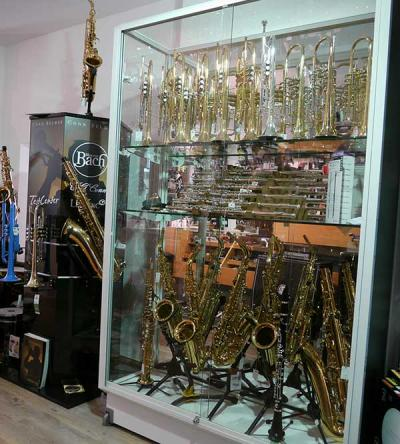 Ansehnliche Auswahl an Holz- und Blechblasinstrumenten